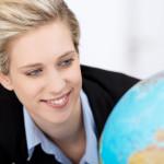 Junge Studentin schaut auf einen Globus