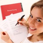 Junge Frau mit Motivationsschreiben und Bewerbungsmappe