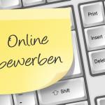 Post-It Notiz auf Tastatur. Aufschrift: Online bewerben